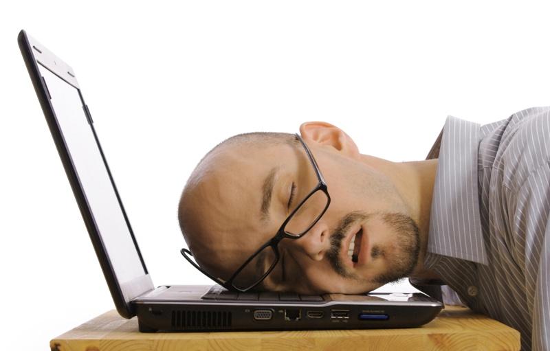 Za czas dyżuru, gdy pracownik wykonywał pracę, przysługuje mu normalne wynagrodzenie za pracę, a przepracowany czas jest wliczany do jego czasu pracy.